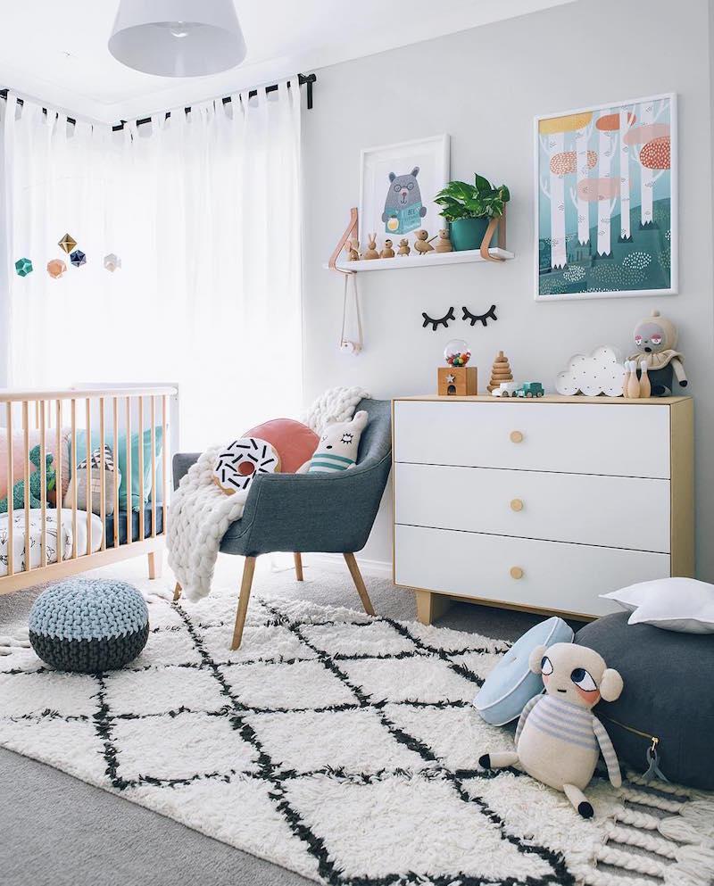 pouf-tricot-coussins-sol-commode-blanc-bois-chambre-bébé
